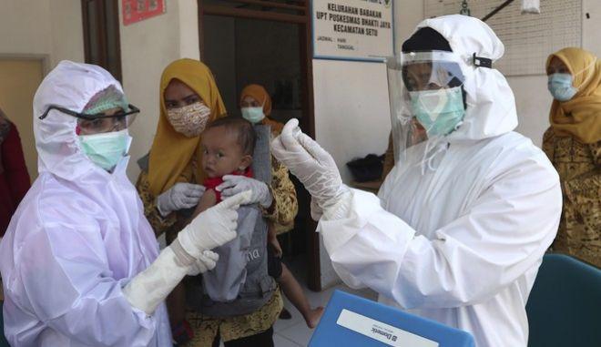 Εμβολιασμός βρέφους στην Ινδονησία