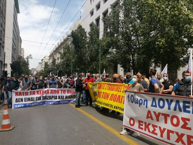 Άρχισαν οι αντιδράσεις για το εργασιακό: Έξω από το υπουργείο Εργασίας το ΠΑΜΕ - Πέταξαν ελιές