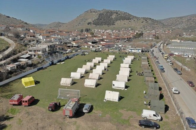 Σκηνές στήθηκαν στις σεισμόπληκτες περιοχές της Θεσσαλίας