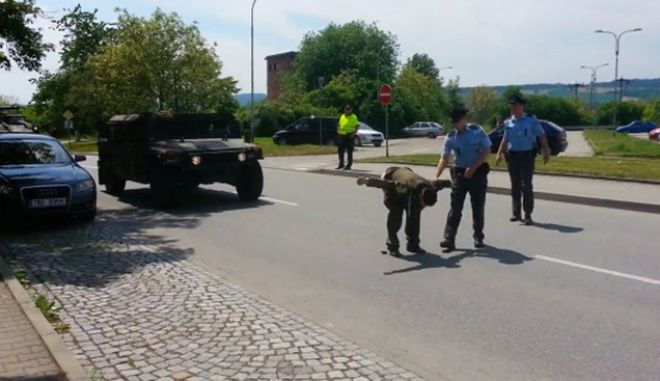 Βίντεο: Τσέχος βετεράνος δείχνει τα οπίσθιά του σε στρατιώτες του ΝΑΤΟ