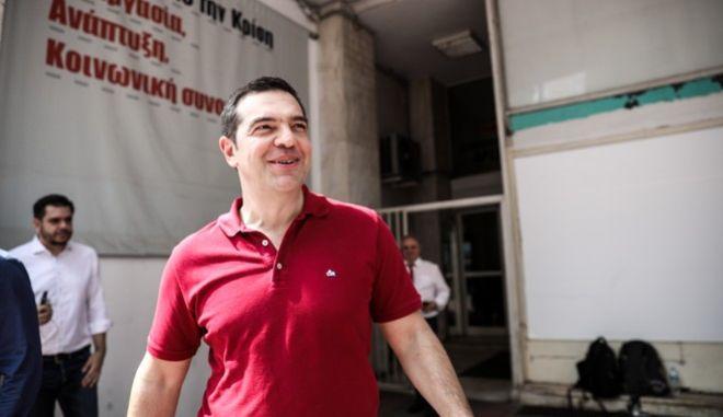 Ο πρώην πρωθυπουργός Αλέξης Τσίπρας εξερχόμενος της συνεδρίασης του Πολιτικού Συμβουλίου της Προοδευτικής Συμμαχίας