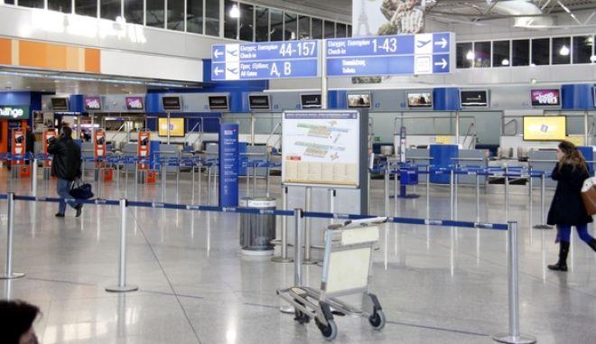 """Στιγμιότυπο από την αίθουσα αναμονής και την κίνηση των επιβάτων στο αεροδρόμιο """"Ελευθέριος Βενιζέλος"""" την Δευτέρα 24 Δκεμβρίου 2012.  (EUROKINISSI/ΓΙΩΡΓΟΣ ΚΟΝΤΑΡΙΝΗΣ)"""