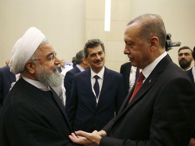 Ο Ιρανός πρόεδρος Ροχανί αριστερά και ο Τούρκος πρόεδρος Ερντογάν δεξιά στην έκτακτη σύνοδο του  Οργανισμού Ισλαμικής Συνεργασίας στην Τουρκία