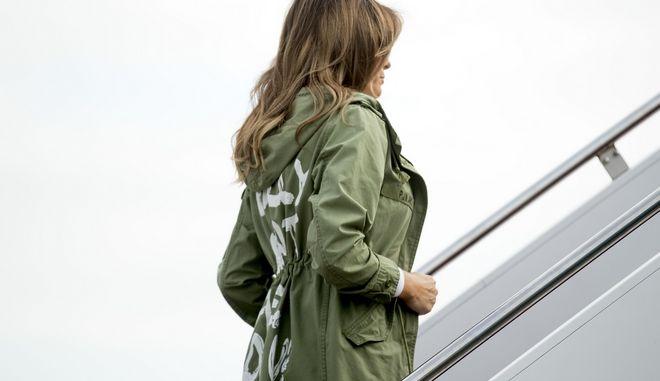 Η πρώτη κυρία των ΗΠΑ κατά την επιβίβασή της σε αεροπλάνο με το επίμαχο jacket