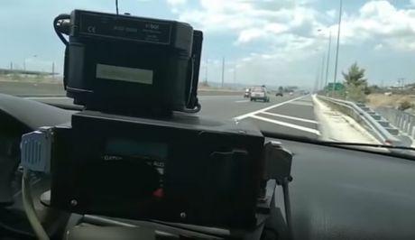 """Βίντεο: Έτσι """"συλλαμβάνει"""" τους παραβάτες του ορίου ταχύτητας το ραντάρ της Τροχαίας"""
