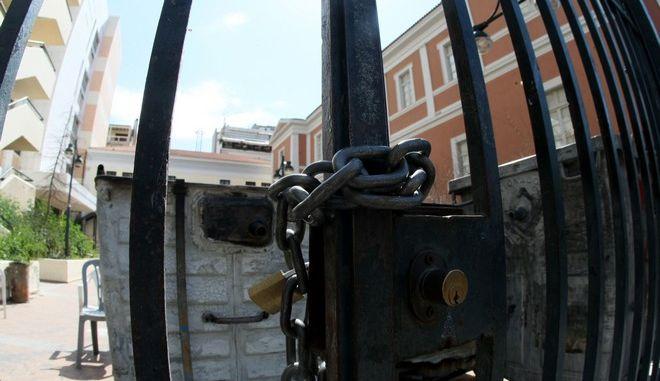 """Άνδρες των ΜΑΤ έχουν παραταχθεί γύρω από το κτήριο της Νομικής Σχολής Αθηνών, που τελεί υπό κατάληψη για έκτη μέρα, από  αντιεξουσιαστές, την τετάρτη 18 Μαρτίου 2015. Οι καταληψίες ζητούν μεταξύ άλλων την απελευθέρωση του Σάββα Ξηρού και των συγγενών κρατουμένων της οργάνωσης """"Συνωμοσία Πυρήνων της Φωτιάς"""", την κατάργηση των """"αντιτρομοκρατικών"""" νόμων, αλλά και των φυλακών τύπου Γ'. (EUROKINISSI/ΤΑΤΙΑΝΑ ΜΠΟΛΑΡΗ)"""