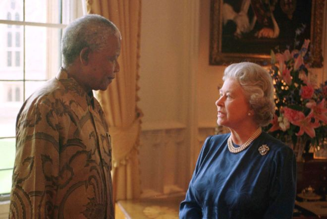 Britains Queen Elizabeth II (R) chats with South African President Nelson Mandela, at Windsor Castle, England June 15. Mandela later flew to Cardiff to meet with European leaders attending the Europe Summit.  SR - RTREVUB