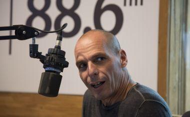 Ο πρώην υπουργός Οικονομικών, Γ. Βαρουφάκης στο στούντιο του News 24/7 στους 88,6