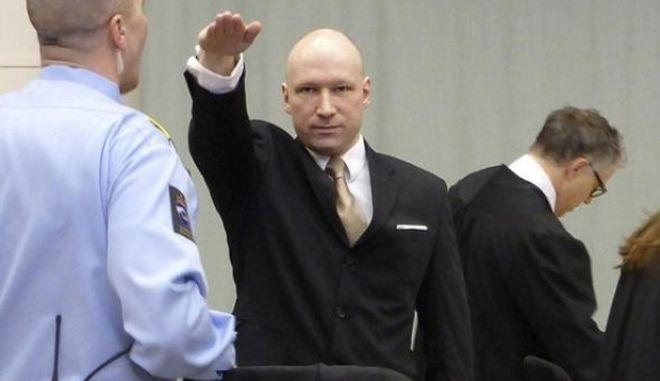 Ο μακελάρης Μπρέιβικ χαιρέτησε ναζιστικά στο δικαστήριο