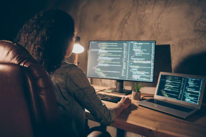 Συγκέντρωσαν 1 εκατομμύριο δολάρια για να μάθουν σε κορίτσια να γράφουν κώδικα