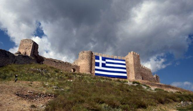 Μια ελληνική σημαία 200 τ.μ. τοποθέτησε ο Δήμος Άργους Μυκηνών, στο κάστρο ''Λάρισα'' του Άργους, με αφορμή τον εορτασμό της 25η Μαρτίου.