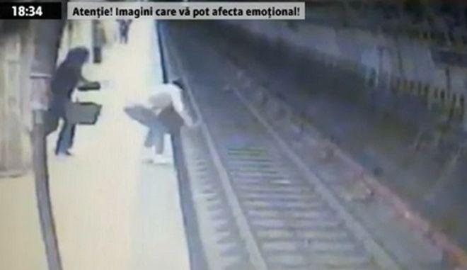 Βίντεο: Γυναίκα στη Ρουμανία σπρώχνει νεαρή στο μετρό και τη σκοτώνει