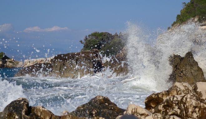 Κύματα στην παραλία του Αγίου Σπυρίδωνα
