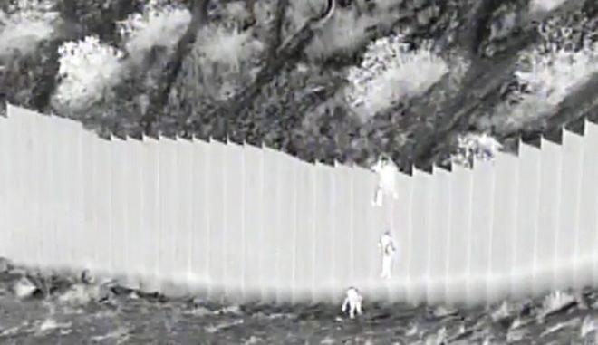 Στιγμιότυπο από κάμερα κλειστού κυκλώματος παρακολούθησης στα σύνορα ΗΠΑ- Μεξικού.