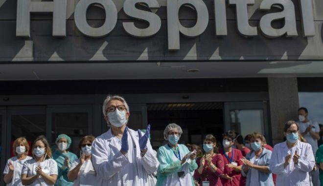 Γιατροί και νοσηλευτές χειροκροτούν σε νοσοκομείο της Ισπανίας (AP Photo/Manu Fernandez)