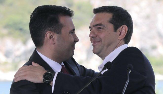 Ο πρωθυπουργός Αλέξης Τσίπρας με τον ομόλογό του της πΓΔΜ, Ζόραν Ζάεφ, κατά την υπογραφή της Συμφωνίας των Πρεσπών
