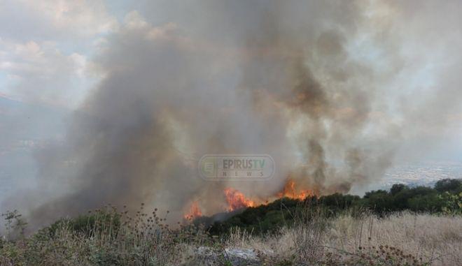 Φωτιά στο Σταυράκι Ιωαννίνων - Επιχειρεί μεγάλη δύναμη της πυροσβεστικής