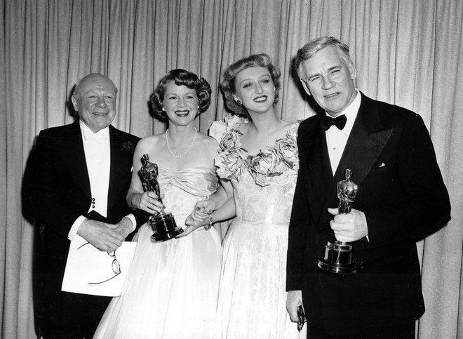 Οι νικητές των Όσκαρ του 1948, Clair Trevor και Walter Huston, κρατώντας τα αγαλματίδια τους