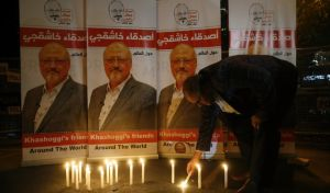 Ακτιβιστής ανάβει κερί στη μνήμη του Τζαμάλ Κασόγκι έξω από το προξενείο της Σ. Αραβίας στην Κωνσταντινούπολη όπου δολοφονήθηκε ο δημοσιογράφος