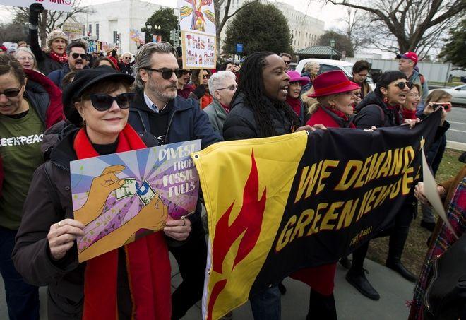 Η ακτιβίστρια και ηθοποιός Τζέιν Φόντα και ο Χοακίν Φίνιξ συμμετέχουν σε διαδήλωση έξω από το Καπιτώλιο στην Ουάσινγκτον για την κλιματική αλλαγή