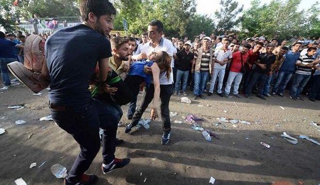 Αιματηρή έκρηξη κατά τη διάρκεια προεκλογικής συγκέντρωσης στην Τουρκία