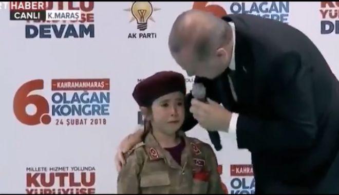 Ο Ερντογάν έστησε 'φιέστα' πολέμου - Η πιθανή επιστράτευση και το κοριτσάκι φαντάρος