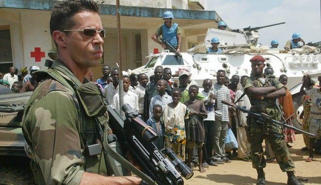Ein franzoesischer Soldat, links, steht mit UN-Truppen aus Uruguay, Hintergrund, in Bunia, Kongo am 6. Juni 2003. An dem EU-Einsatz zur Absicherung der Wahlen im Kongo wird sich die Bundeswehr mit fast 800 Soldaten beteiligen. Das berichtete die Vorsitzende des Bundestags-Verteidigungsausschusses, Ulrike Merten (SPD) am Mittwoch, 17. Mai 2006, im Hessischen Rundfunk. Nach Angaben von Merten sollen zu den 500 deutschen Einsatzkraeften noch 280 so genannte Unterstuetzungskraefte hinzukommen. Das sind beispielsweise Sanitaeter und Fernmelder. Die Truppen sollen waehrend der Wahl die mehrheitlich im Osten des Kongo stationierten 17.000 UN-Soldaten unterstuetzen. (AP Photo/Karel Prinsloo)