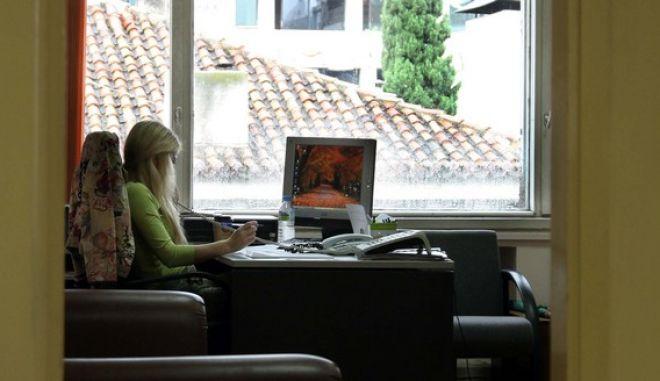 Μία υπάλληλος στο γραφείο της σε στιγμιότυπο απο τοΥπουργείο Εσωτερικών.  (EUROKINISSI / ΧΑΣΙΑΛΗΣ ΒΑΪΟΣ)