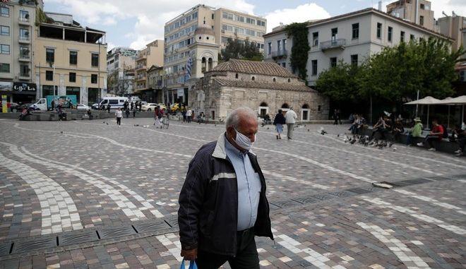 Ηλικιωμένος άνδρας με μάσκα στην πλατεία Μοναστηρακίου