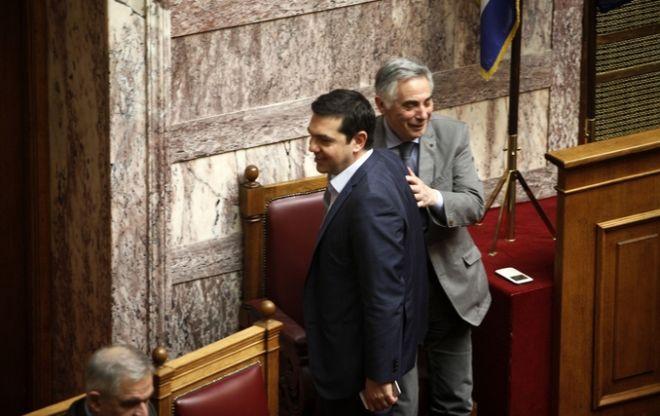 O Θεοδόσης Πελεγρίνης με τον Πρωθυπουργό στη Βουλή