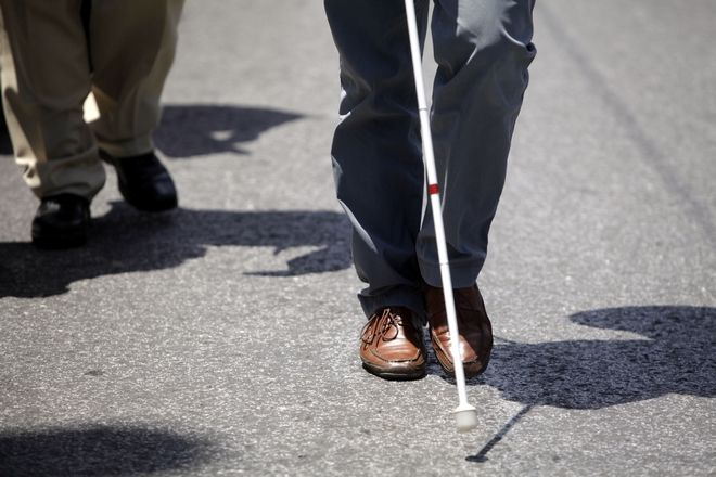 Συγκέντρωση στο Σύνταγμα πραγματοποίησαν την Τετάρτη 5 Ιουνίου 2013, μέλη της Εθνικής Ομοσπονδίας Τυφλών, στο πλαίσιο πανελλήνιας κινητοποίησης. Οι διαδηλωτές πραγματοποιίησαν πορεία προς το Μέγαρο Μαξίμου. Οι συγκεντρωμένοι αντιδρούν στην περικοπή των επιδομάτων τους και την υποβάθμιση των κοινωνικών παροχών προς τους τυφλούς. Όπως υποστηρίζουν, ο πρωθυπουργός δεν τήρησε την υπόσχεσή του όσον αφορά στα αιτήματά τους για τη στήριξη των εισοδημάτων τους καθώς το υπουργείο Οικονομικών απέρριψε τη δυνατότητα υλοποίησης της δέσμευσης. (EUROKINISSI/ΓΕΩΡΓΙΑ ΠΑΝΑΓΟΠΟΥΛΟΥ)