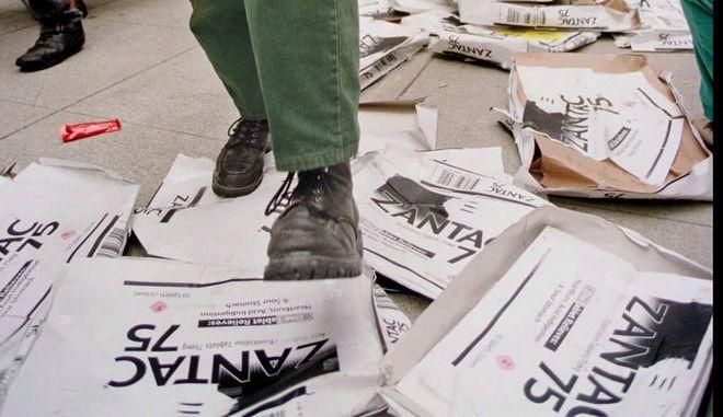 Ακτιβιστές πατούν κούτες συσκευασίας του φαρμάκου Zantac