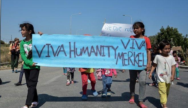 Διαμαρτυρία από γυναίκες και παιδιά πρόσφυγες και μετανάστες στην Λέσβο