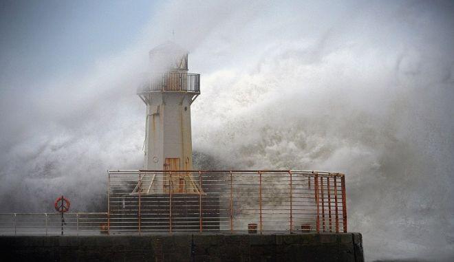 """Τεράστια κύματα """"κατάπιαν"""" τρεις ανθρώπους στην Γαλικία"""