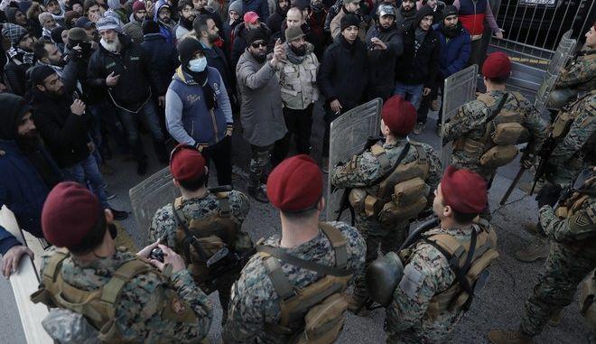 Την ώρα που η κυβέρνηση έπαιρνε ψήφο εμπιστοσύνης διαδηλωτές προσπαθούσαν να προσεγγίσουν το κοινοβούλιο