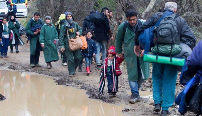 Ειδομένη: Σκοπιανοί αστυνομικοί αναγκάζουν τους πρόσφυγες να φύγουν από το Χαμηλό