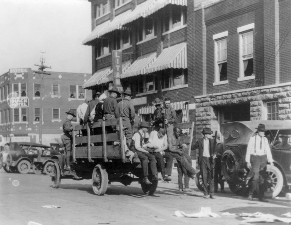 Μέλη της Εθνοφρουράς μεταφέρουν σε καμιόνι συλληφθέντες Αφροαμερικανούς στο Γκρίνγουντ.