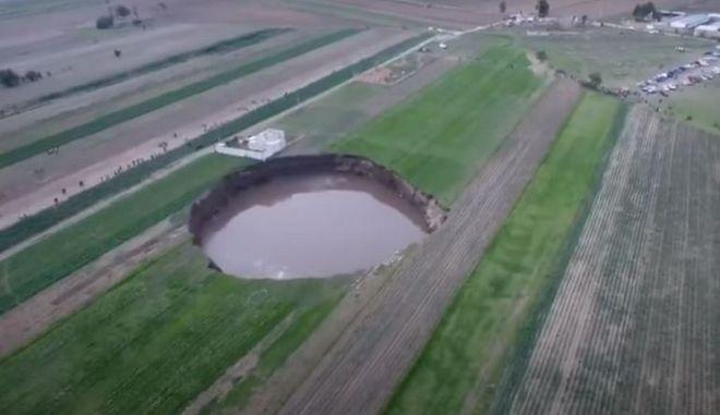 """Μεξικό: Τεράστια τρύπα απειλεί να """"καταπιεί"""" σπίτι"""