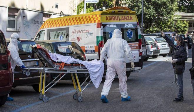Μεταφορά ηλικιωμένης με κορονοϊό σε νοσοκομείο της Ρώμης