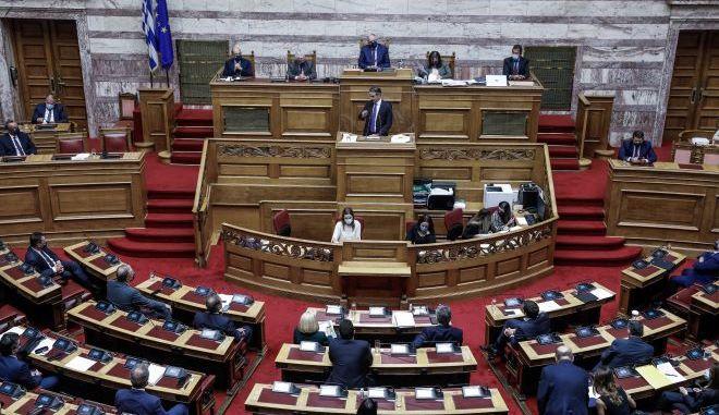 Συζήτηση πρότασης δυσπιστίας: Δίχως κόντρες αλλά με σαφείς διαχωριστικές γραμμές