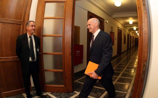 Ο Πρωθυπουργός Γιώργος Παπανδρέου προσέρχεται στην έκτακτη σύγκληση του ΚΥΣΕΑ και στην έκτακτη συνεδρίαση του υπουργικού συμβουλίου στην Βουλή, Τρίτη 1 Νοεμβρίου 2011. (EUROKINISSI // ΤΑΤΙΑΝΑ ΜΠΟΛΑΡΗ)