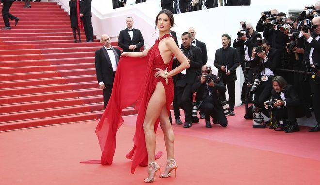 """Η Alessandra Ambrosio """"μοίρασε"""" εγκεφαλικά στο κόκκινο χαλί του φεστιβάλ Καννών! (ΦΩΤΟ)"""