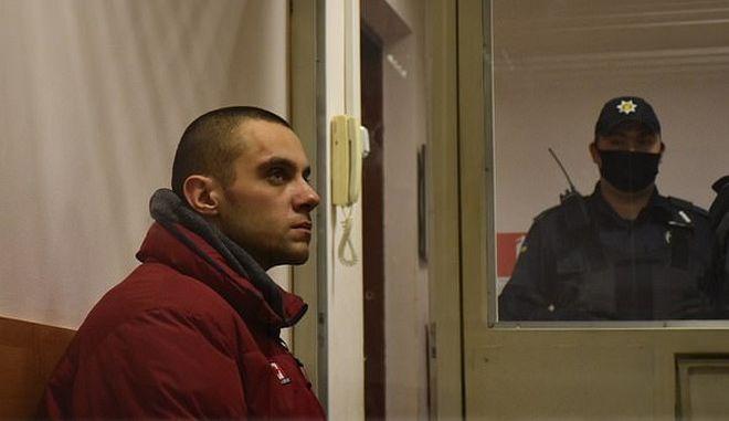 Φρίκη στην Ουκρανία: Κυκλοφορούσε γυμνός στον δρόμο με το κομμένο κεφάλι του πατέρα του