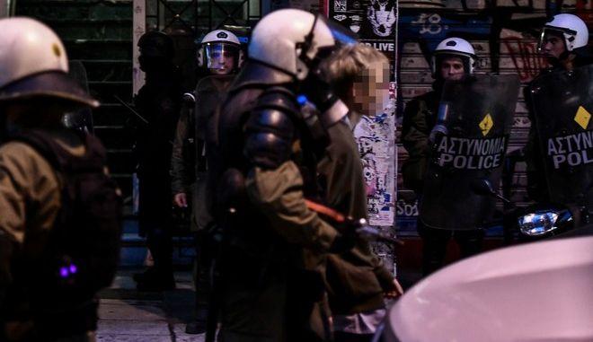 Καρέ από σύλληψη κατά την επιχείρηση της ΕΛΑΣ σε πολυκατοικίες στα Εξάρχεια