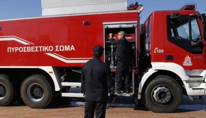 Πυρκαγιά σε σκάφος στη μαρίνα του Αγίου Κοσμά, την Τρίτη 15 Σεπτεμβρίου 2015. Στο σημείο έσπευσαν 15 πυροσβέστες με πέντε οχήματα, ενώ από τη θάλασσα ειδικό πλοιάριο της Πυροσβεστικής Υπηρεσίας προσέγγισε το φλεγόμενο σκάφος.