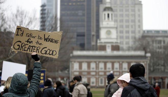 Ομοσπονδιακή εργαζόμενη διαδηλώνει κατά του shutdown στη Φιλαδέλφεια