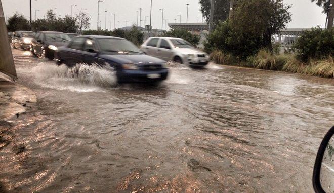 Πλημμυρισμένος δρόμος στην Πάτρα εξαιτίας των έντονων καιρικών φαινομένων το Σάββατο 22 Οκτωβρίου 2016. (EUROKINISSI)