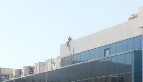 Τώρα: Γυναίκα απειλεί να πέσει στο κενό από τον 8ο όροφο κτιρίου που στεγάζεται το Mega-