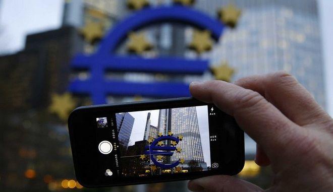 Θα βρέξει ευρώ; Τι σημαίνουν για την Ελλάδα η ποσοτική χαλάρωση και οι χρησμοί της ΕΚΤ
