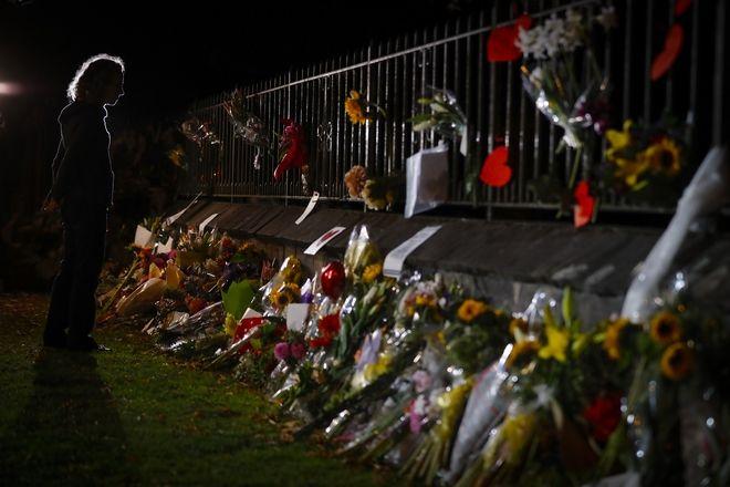 Άνθρωποι τιμούν τα θύματα στο σημείο όπου έγινε η επίθεση